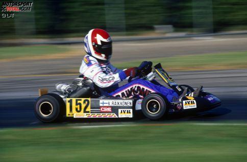 Bis 1998 fährt Kimi Räikkönen (Jahrgang 1979) Kart, und die Legendenbildung beginnt schon in jenen frühen Jahren. Bei einem Rennen fährt er ohne Lenkrad weiter und signalisiert seinem Mechaniker, dass etwas nicht stimmt, indem er bei voller Fahrt mit dem losen Lenkrad fuchtelt. Ein andermal landet er nach einem Crash hinter dem Sicherheitszaun, fährt dort aber einfach weiter, bis ihm die Straße ausgeht. Der kleine Kimi wird trotzdem Dritter.