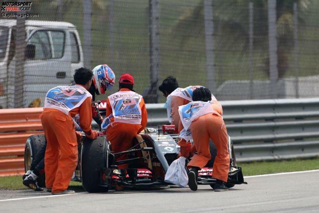 Das fängt ja gut an: Das Lotus-Team, einst mit Geldern des malaysischen Staatskonzerns Proton gegründet (und deswegen mit Spezialaufklebern dekoriert), kommt im Freitagstraining in Sepang erneut kaum zum Fahren. Romain Grosjean und Pastor Maldonado schaffen in den ersten eineinhalb Stunden volle sechs Runden - und keine einzige Zeit.