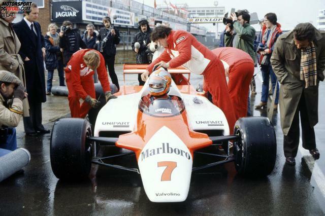 1981 ging's noch ohne Glitter & Glamour: Im ersten Jahr unter Neo-Teamchef Ron Dennis (links) trat zunächst nur John Watson mit dem neuen MP4 an, dem ersten McLaren-Chassis aus Kohlefaser. In Silverstone gelang ihm damit der erste McLaren-Sieg seit 1977. Teamkollege Andrea de Cesaris musste die ersten Rennen noch mit dem alten M29 bestreiten, der von Gordon Coppuck entwickelt worden war.