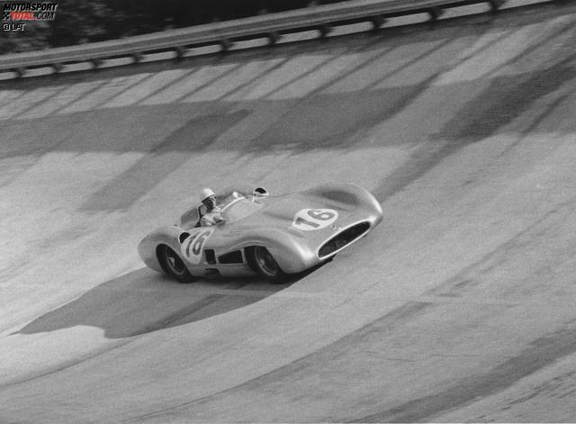 Mercedes stieg in den 1950er-Jahren unter großem Aufsehen in die Formel 1 ein. Der W 196 Stromlinie fiel nicht nur durch seine ungewöhnliche (aerodynamische) Form auf, sondern war obendrein auch noch erfolgreich und machte Juan Manuel Fangio 1954 und 1955 zum Weltmeister. Übrigens: Die legendäre silberne Lackierung war bereits in den 1930er-Jahren entstanden, als Rennleiter Alfred Neubauer die ursprünglich weiße Farbe abkratzen ließ, um Gewicht zu sparen.