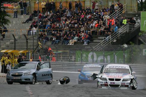 Der vielleicht verrückteste Unfall in der Geschichte des Motorsports: Franz Engstler (BMW) kollidiert am 17. Mai 2009 in Pau mit dem Safety-Car! Der kuriose Crash und was dabei genau geschah - hier in unserer Fotostrecke!