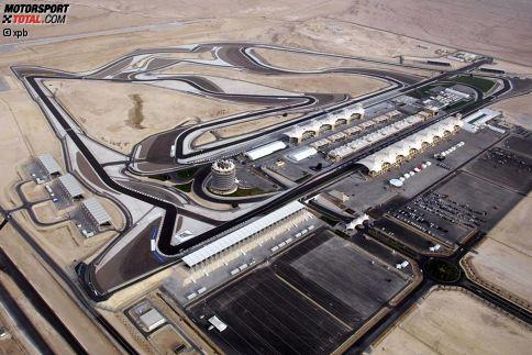 Wir schreiben das Jahr 2004, als die Formel 1 in eine völlig neue Welt eintaucht: Erstmals findet ein Grand Prix in der arabischen Welt statt. Das Besondere an der von Hermann Tilke gebauten Strecke: Sie wurde direkt in die Wüste gepflanzt. Das bedeutet für die Teams eine zusätzliche Herausforderung. Denn neben der meist großen Hitze wird häufig Sand auf die Strecke geweht, der dann im Auto für Probleme sorgen kann.