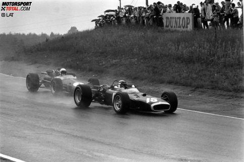 1967 findet im Mosport Park in Bowmanville das erste Formel-1-Rennen in Kanada statt - und sorgt gleich für mehrere Highlights. Mit über 2:40 Stunden ist der verregnete Grand Prix das längste Rennen der gesamten Saison. Jackie Stewart, hier in Führung vor Jack Brabham, sieht die Zielflagge am Ende nicht.