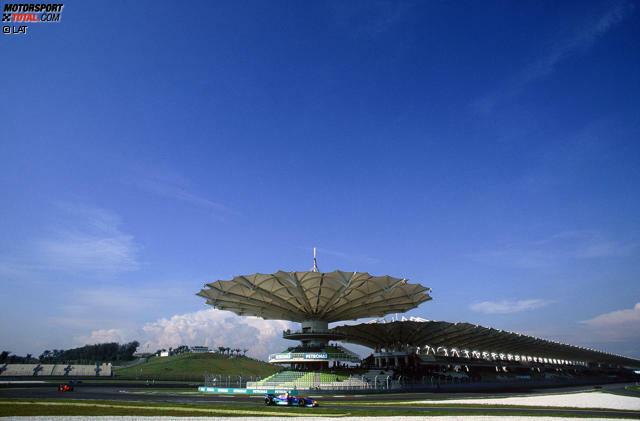 Konstruiert von Hermann Tilke (übrigens mit Hilfe unseres Formel-1-Experten Marc Surer), feiert der Sepang International Circuit im Jahr 1999 seine Premiere in der Weltmeisterschaft. Es ist die erste einer ganzen Reihe neuer Rennstrecken im asiatischen und arabischen Raum, die in den Folgejahren in den Kalender aufgenommen werden. Malaysia markiert somit den ernsthaften Beginn der globalen Expansion der Königsklasse des Motorsports.
