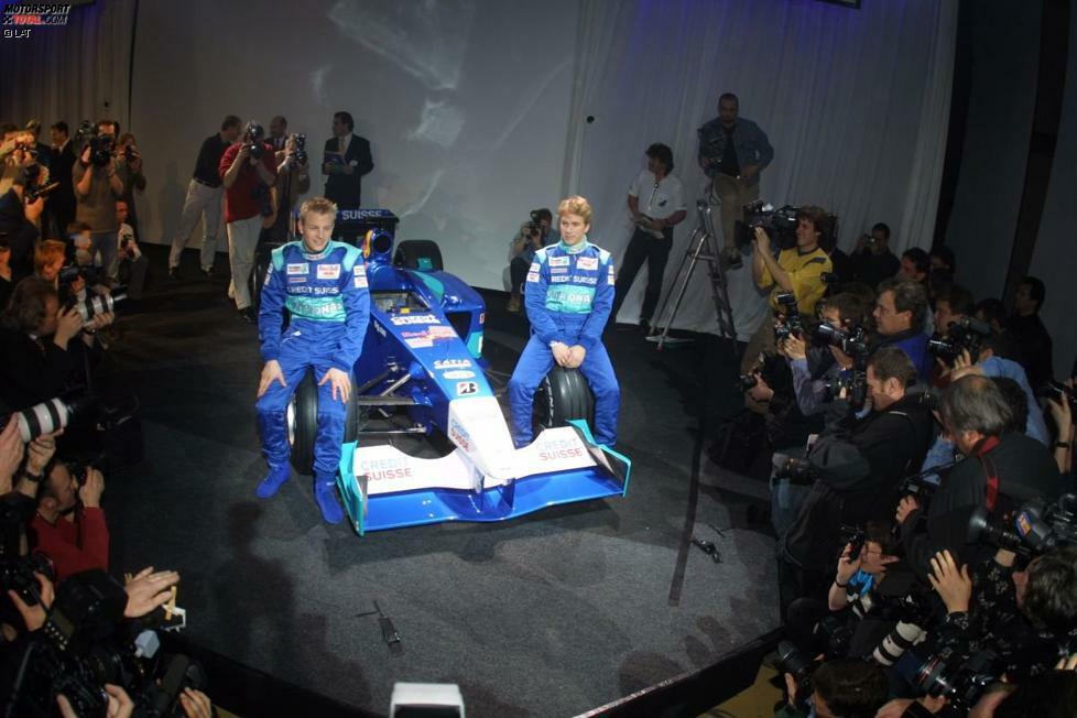 2001: Kimi Räikkönen, der seine erste Formel-1-Saison bestreitet, und Nick Heidfeld posieren mit dem C20. Heidfeld wird beim Grand Prix von Brasilien Dritter und auch Rookie Räikkönen kann mit zwei vierten Plätzen auf Anhieb überzeugen. Nach nur einem Jahr bei Sauber wechselt der