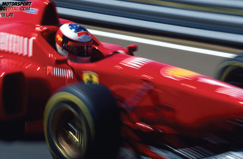 """Ein Anblick, an den sich die Konkurrenz erst noch gewöhnen muss: Nach zwei Weltmeistertiteln mit Benetton in den Jahren 1994 und 1995 wechselt Michael Schumacher 1996 zu Ferrari. Der Druck auf den Deutschen ist groß, schließlich wartet das italienische Traditionsteam seit 1979 auf einen Titel in der Fahrer-WM. Der damalige FIAT-Chef Gianni Agnelli drückt es angeblich so aus: """"Wenn Ferrari mit Michael Schumacher nicht Weltmeister wird, dann werden wir es nie mehr."""""""