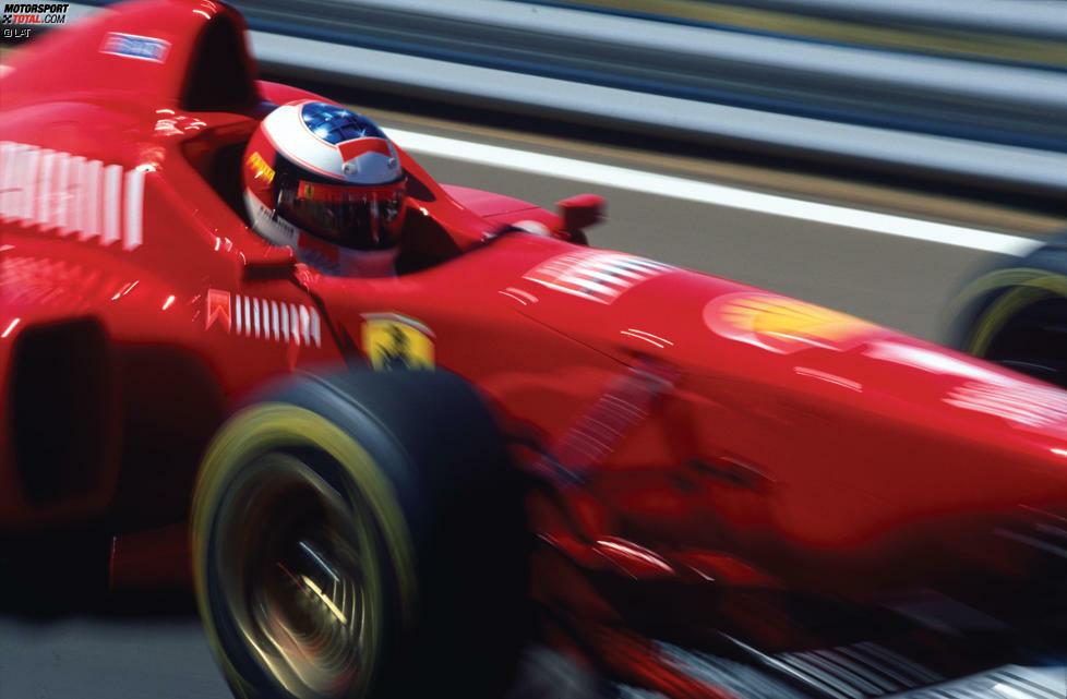 Ein Anblick, an den sich die Konkurrenz erst noch gewöhnen muss: Nach zwei Weltmeistertiteln mit Benetton in den Jahren 1994 und 1995 wechselt Michael Schumacher 1996 zu Ferrari. Der Druck auf den Deutschen ist groß, schließlich wartet das italienische Traditionsteam seit 1979 auf einen Titel in der Fahrer-WM. Der damalige FIAT-Chef Gianni Agnelli drückt es angeblich so aus: