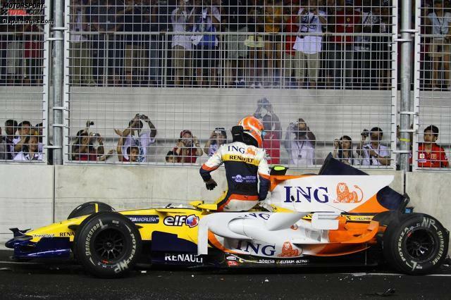 Große Premiere in Singapur, und der erste große Skandal: Nelson Piquet jun. crasht 2008 drei Runden nach dem ungewöhnlich frühen Boxenstopp seines Renault-Teamkollegen Fernando Alonso, der dadurch in Führung gespült wird. Die vorher geplante