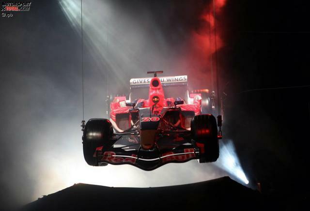 2006: Ziemlich pompös kündigt Red Bull sein neues Juniorteam Toro Rosso an. Der Rennstall, der Red-Bull-Nachwuchspiloten den Einstieg in die Formel 1 erleichtern soll, darf sich bei seinem allerersten Auftritt zusammen mit dem Mutterteam präsentieren. Der STR1 kommt zusammen mit dem RB2 von der Decke geschwebt