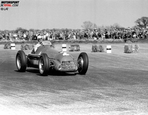 Der allererste Grand Prix der allerersten Formel-1-Weltmeisterschaft wird am 13. Mai 1950 in Silverstone ausgetragen. Die Strecke wird nach dem Zweiten Weltkrieg auf einem ehemaligen Militär-Flughafen errichtet. Ehrenhalber wird dieser erste Event einer Formel-1-WM auch als Grand Prix von Europa bezeichnet und sogar die Königsfamilie ist zu Besuch da.