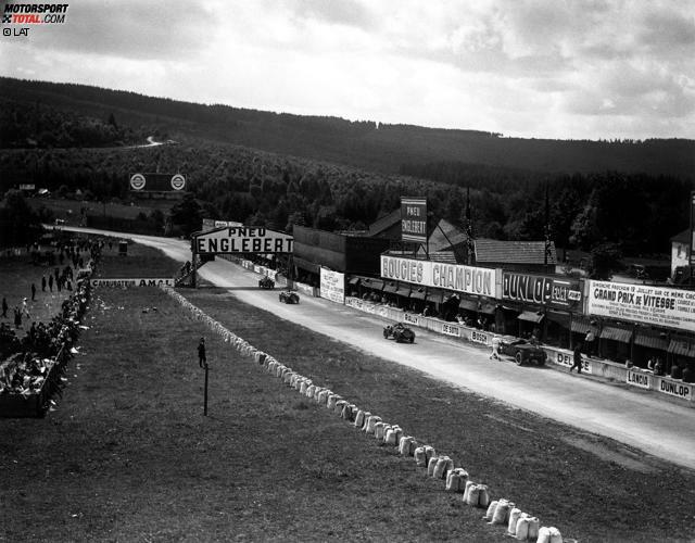 1925 wird erstmals ein Grand Prix von Belgien ausgetragen, und schon damals wird in Spa-Francorchamps gefahren. Die Strecke führt über öffentliche Straßen und ist 15 Kilometer lang. Die heute berühmteste Kurve ist übrigens nicht von Anfang an Bestandteil der Strecke. Erst 1939 wird die Eau Rouge gebaut.