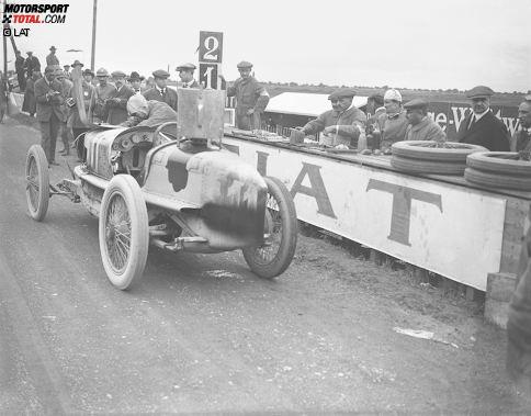 """""""Bella Italia"""" hat in 67 Jahren Formel-1-Geschichte kein einziges Mal gefehlt. Der erste Italien-Grand-Prix überhaupt wird aber nicht im königlichen Park ausgetragen, sondern am 4. September 1921 im unweit gelegen Brescia. Schon ein Jahr später findet der Motorsport seine neue Heimat im Autodromo Nazionale, wo Pietro Bordino (im Bild) mit einem FIAT für den von den Tifosi umjubelten Premierenerfolg sorgt. Damals trauriger Motorsport-Alltag: Am Vortag verunglückt der Deutsche Gregor Kuhn tödlich."""