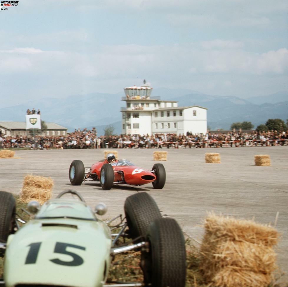 Österreich erlebt seine Formel-1-Premiere am 1. September 1963. Die Boliden rasen auf dem Militärflugfeld Zeltweg. Weil die Asphaltoberfläche extrem rau und uneben ist, scheiden viele Teilnehmer nach wenigen Runden mit mechanischen Defekten aus. Der Sieg geht an Jack Brabham.