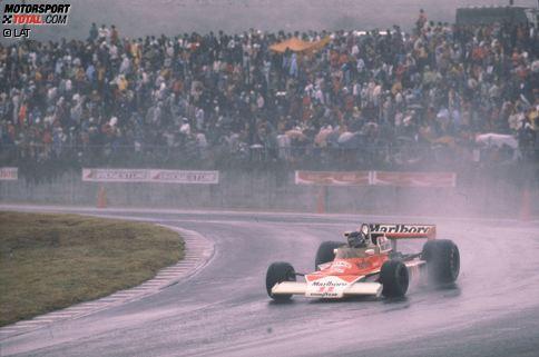 Der erste Grand Prix von Japan findet am 24. Oktober 1976 in Fuji statt. Im denkwürdigen Regenrennen holt sich Andretti (Lotus) den Sieg. Die Schlagzeilen beherrschen Lauda und Hunt. Der Brite holt sich den Titel, als der Österreicher seinen Boliden abstellt. Lauda wollte nach seinem Nürburgring-Crash kein Risiko eingehen.