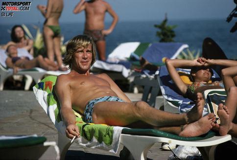 """James Hunt: """"Er war der letzte bunte Hund"""", sagt Niki Lauda über seinen Rivalen. Der Weltmeister von 1976 gilt bis heute als größter Playboy der Formel 1. Rühmte sich selbst, er habe in seinem Leben mit 5.000 Frauen geschlafen. Auch Alkohol, Zigaretten und Drogen gegenüber war er nicht abgeneigt. Doch dieser Lebenswandel hatte seine Folgen. Hunt starb am 15. Juni 1993 im Alter von 45 Jahren an einem Herzinfarkt - einen Tag, nachdem er seiner Freundin Helen Dyson einen Heiratsantrag gemacht hatte."""