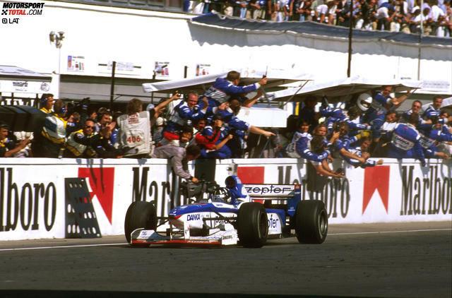Der größte Erfolg: In Long Beach 1982 holt Riccardo Patrese die einzige Pole-Position in der Teamgeschichte und führt das Rennen bis zu seinem Ausfall an. Noch knapper an einen Sieg heran kommt Damon Hill 1997 in Budapest, als er mit seinem Arrows-Yamaha aufgrund von Hydraulikproblemen erst in der allerletzten Runde seine überlegene Führung verliert. Hill ist Ende 1996 (nicht ganz freiwillig) als amtierender Weltmeister vom Topteam Williams zum Hinterbänkler Arrows gewechselt.