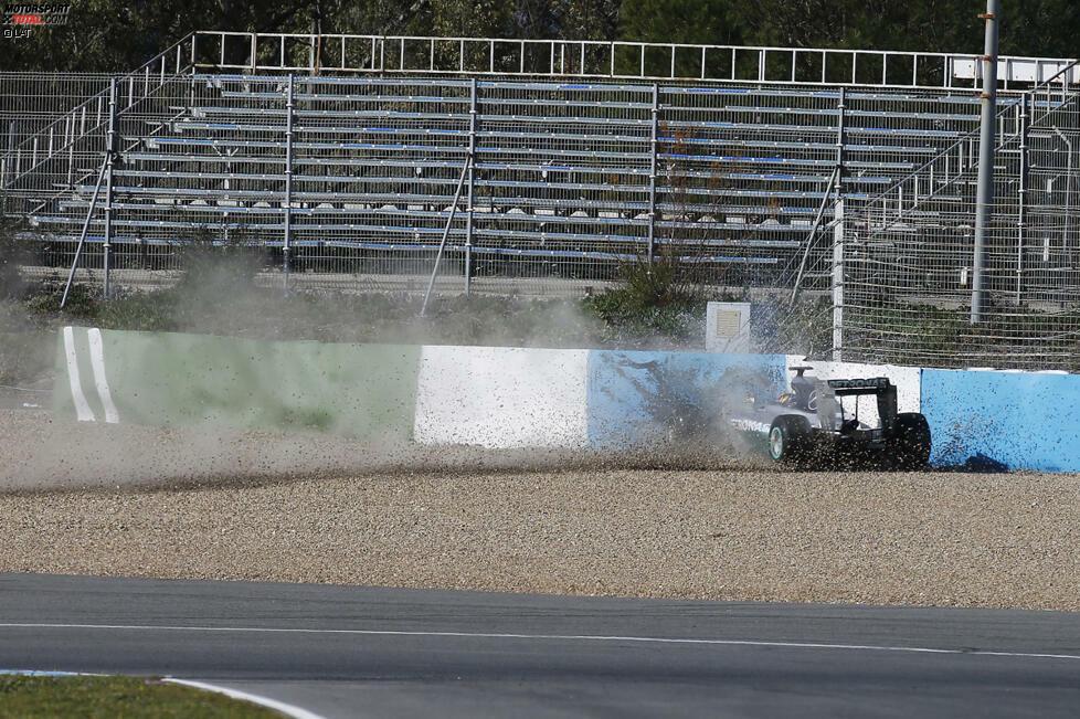 Doch zunächst beginnt das Jahr nicht wie gewünscht: Immer wieder werden die Silberpfeile bei den ersten Saisontests von Problemen heimgesucht, so endet der erste Testtag für Lewis Hamilton nach einem Frontflügelbruch im Reifenstapel. Auch die bevorstehende Dominanz ist von außen noch nicht erkennbar: Die erste von lediglich zwei Tagesbestzeiten setzt Nico Rosberg erst am dritten Tag der zweiten Testwoche.