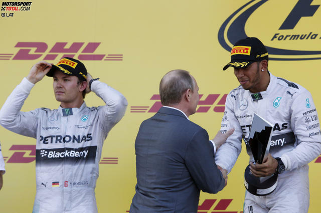 Um einem Präsidenten die Hand zu schütteln, muss man einiges erreicht haben: Lewis Hamilton verdient sich die Ehre der Bekanntschaft mit Wladimir Putin mit dem Rennsieg bei der Grand-Prix-Premiere in Sotschi. Für den Mercedes-Star ist es ein Erfolg auf ganzer Linie: Vierter Sieg in Serie, WM-Gesamtführung ausgebaut und mit seinem Team den Konstrukteurs-Titel eingetütet.