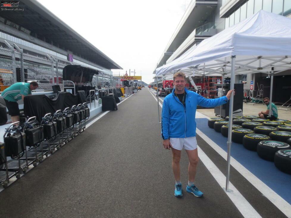 Vor dem Start: Safety-Car-Fahrer Bernd Mayländer stretcht noch kurz seine Muskeln durch, dann kann's losgehen mit dem