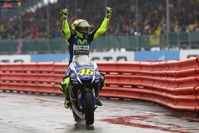 Vierter Saisonsieg und WM-Führung zurückerobert: Valentino Rossi triumphiert im verregneten Silverstone, während hinter dem Publikumsliebling einige Überraschungen passieren...