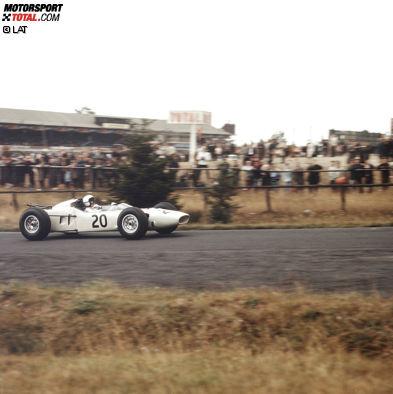 Bereits 1964 befindet sich der erste Werks-Honda auf einer Formel-1-Rennstrecke. Pilotiert wird der Wagen zunächst vom US-Amerikaner Ronny Bucknum.