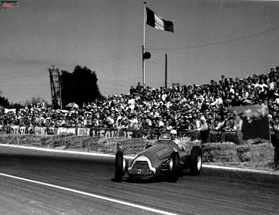1951 gewinnt Fangio den Grand Prix von Frankreich - und wird zugleich Elfter. Wie das geht? Fangio wechselt mitten im Rennen mit Teamkollege Luigi Fagioli das Auto, gewertet werden aber jeweils beide Fahrer. In der damaligen Zeit nicht unüblich, aber man stelle sich einmal vor, heute würden Lewis Hamilton und Nico Rosberg beim Boxenstopp ihre Boliden tauschen.
