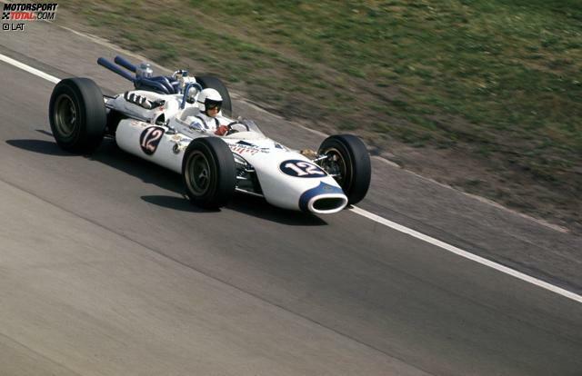 Das erste Mal nachhaltig in Erscheinung tritt der Rennfahrer Mario Andretti beim Indy 500 des Jahres 1965, das er als Rookie auf Platz drei hinter Jim Clark und Parnelli Jones beendet.