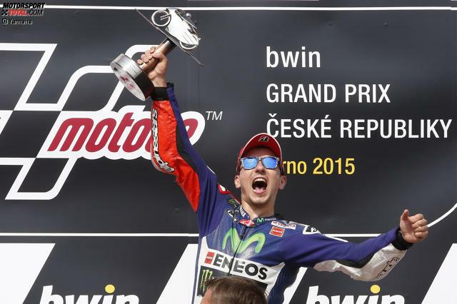 Jubel bei Jorge Lorenzo: Er führt die WM erstmals in der Saison 2015 an. Der Spanier triumphiert in Brünn vor Marc Marquez und Valentino Rossi