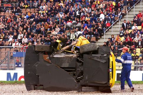 Hockenheim 2001: Laurent Aiello (Audi) landet im Kiesbett, sein Auto kommt auf der Seite zum Liegen, der Fahrer steigt nach oben aus dem Fahrzeug.