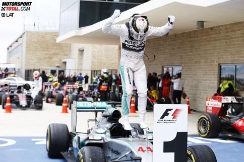 Lewis Hamilton hat sein großes Karriereziel in der Formel 1 erreicht: In Austin feiert der Brite seinen dritten WM-Titel und hat damit genauso viele wie sein großes Vorbild Ayrton Senna erfahren können. Der Mercedes-Pilot ist auf dem Höhepunkt seiner Karriere. Wir blicken auf sein einzigartiges Motorsport-Leben.