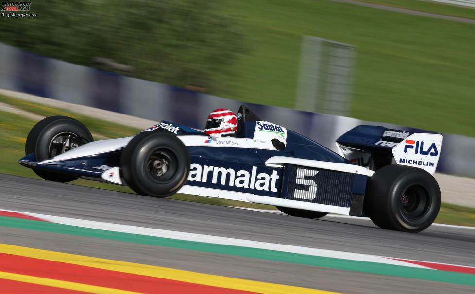 Nelson Piquet quetschte sich in seinen Brabham BT52 aus der Saison 1983: Es war das erste Auto mit Turbomotor in der Geschichte, das seinem Fahrer zum Titel verhalf. Im Boliden schlug ein 1,5-Liter-Aggregat aus dem Hause BMW, das in der Qualifikation bis zu 1.400 PS leistete - bei nur 540 Kilogramm Fahrzeuggewicht. Designer Gordon Murray bewerkstelligte die Traumfigur mittels Aluminium, Kohlenstoff und Kunststoff mit Aramidfasern als Werkstoffe des Monocoques. Charakteristisch war auch der so genannte