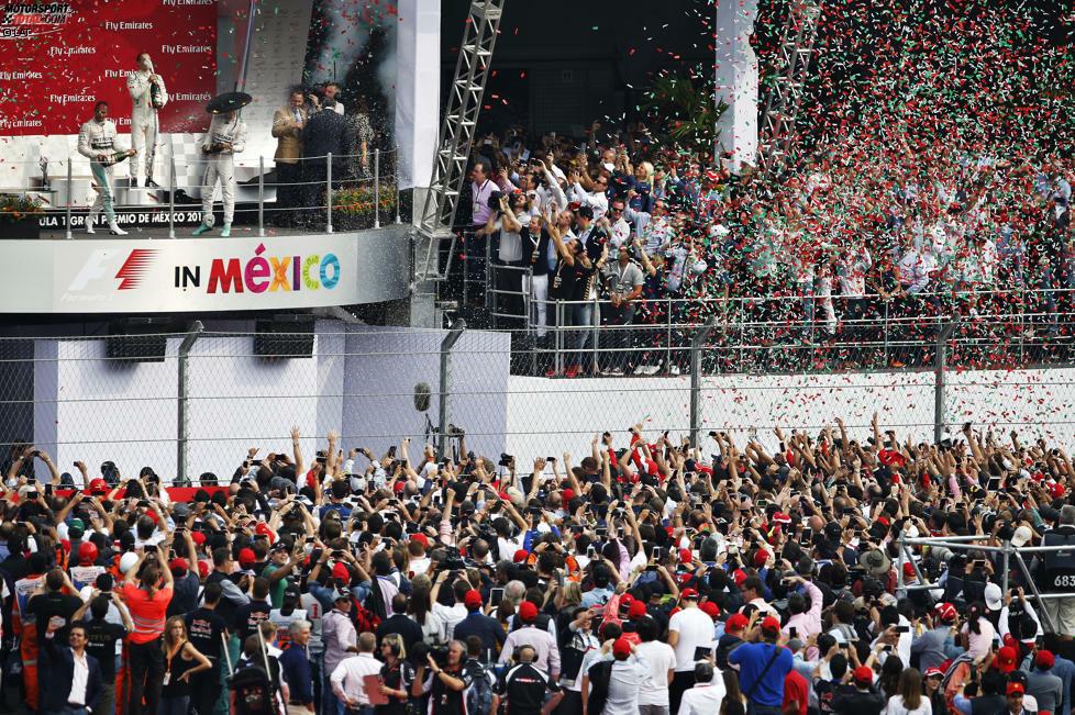 Das schönste Podium des Jahres, ganz besonders für Nico Rosberg: Nach seiner bitteren Niederlage gegen Lewis Hamilton beim WM-Entscheider in Austin liefert der Mercedes-Fahrer in Mexiko-Stadt eines seiner besseren Wochenenden ab und gewinnt letztendlich souverän. Vor 134.850 Zuschauern fühlt er sich