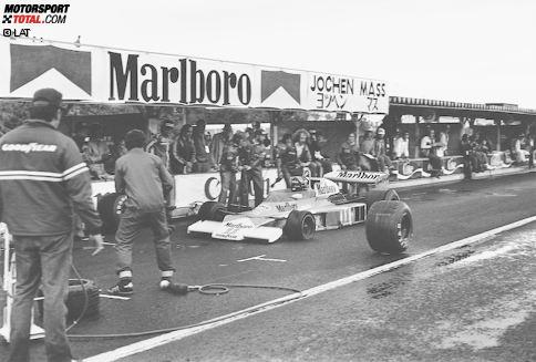 """In der Geschichte der Formel 1 engagierten sich neun verschiedene Reifenhersteller: Zwei davon hatten oder haben ihren Ursprung in Großbritannien, zwei in den USA und jeweils einer in Deutschland, Japan, Belgien, Frankreich und Italien. Hochzeiten des später als """"Reifenkrieg"""" bezeichneten Szenarios mit mehreren Zulieferern zum gleichen Zeitpunkt sind die Jahre 1954 und 1958, als sechs verschiedene Firmen ihre Produkte ins Rollen bringen. 1950 beginnt alles mit vier Marken..."""
