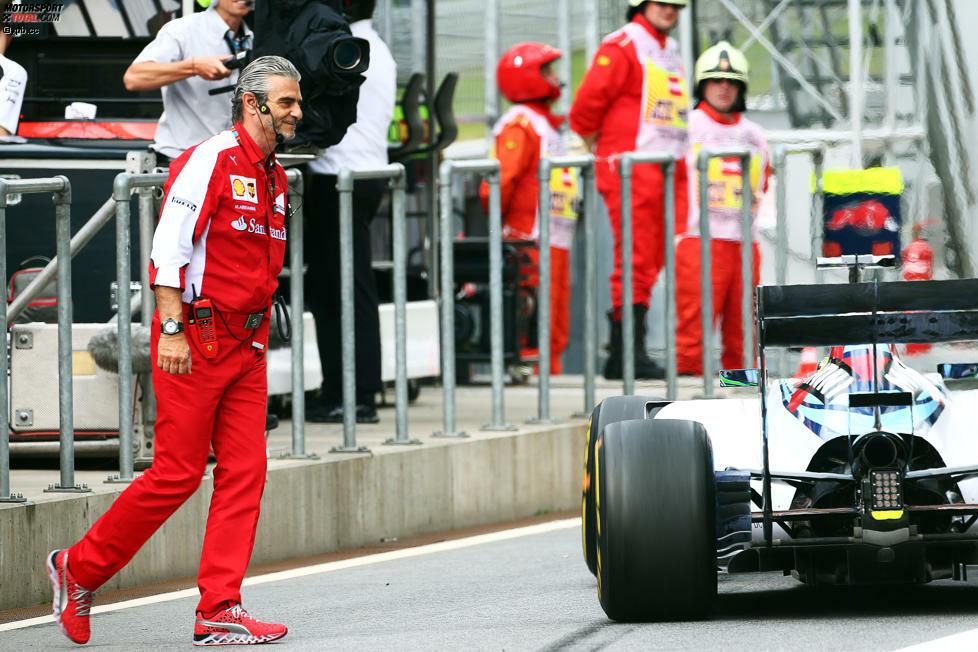 Schrecksekunde im ersten Freien Training: Felipe Massa fährt beinahe Maurizio Arrivabene über den Haufen, der unachtsam vor seinem Williams die Boxenstraße überquert. Später kursieren Scherz-Fotomontagen mit Zitat Arrivabene: