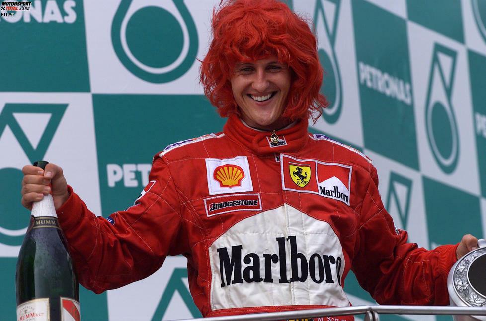 Es ist vollbracht! Nach vier gescheiterten Versuchen gelingt Michael Schumacher im Jahr 2000 in seiner fünften Ferrari-Saison endlich der ersten WM-Titel mit der Scuderia. Für Schumi ist es nach seinen beiden Triumphen mit Benetton bereits Titel Nummer drei, für die Italiener ist es der erste Fahrertitel seit Jody Scheckter 1979. Bis tatsächlich gefeiert werden darf, ist es für Schumi allerdings ein langer Weg...