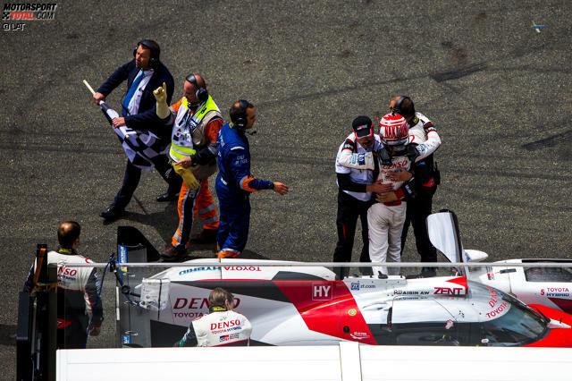 Toyota und die 24 Stunden von Le Mans: Das hat etwas von Drama und Hassliebe. 18 Mal nahmen die Japaner Anlauf zum Sieg beim größten Rennen der Welt, doch das herzzerreißende Ende im Jahr 2016 war nicht der erste Sieg, der Toyota schicksalhaft durch die Finger glitt.