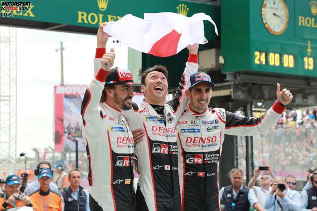 Endlich am Ziel! Im 19. Anlauf gewinnt Toyota mit Fernando Alonso, Sebastien Buemi und Kazuki Nakajima die 24 Stunden von Le Mans. Vor dem großen Triumph mussten die Japaner aber viele, teils hochdramatische Rückschläge einstecken.