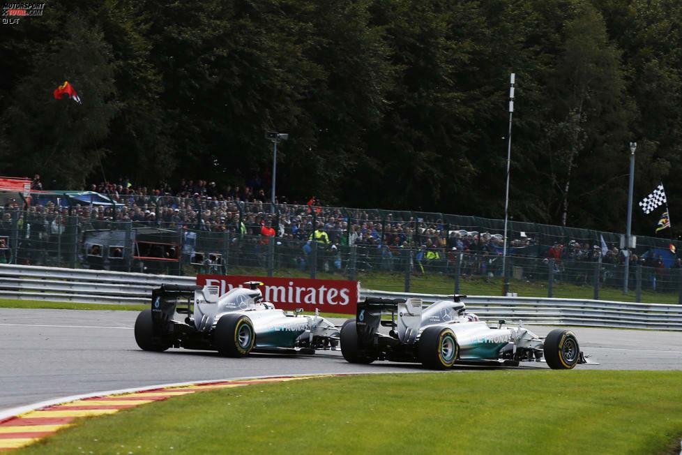 ... geht schief: Rosberg schlitzt Hamilton den linken Hinterreifen auf und beschädigt seinen Frontflügel. Während der Übeltäter von Toto Wolff und Niki Lauda sofort verbal abgestraft wird, ...