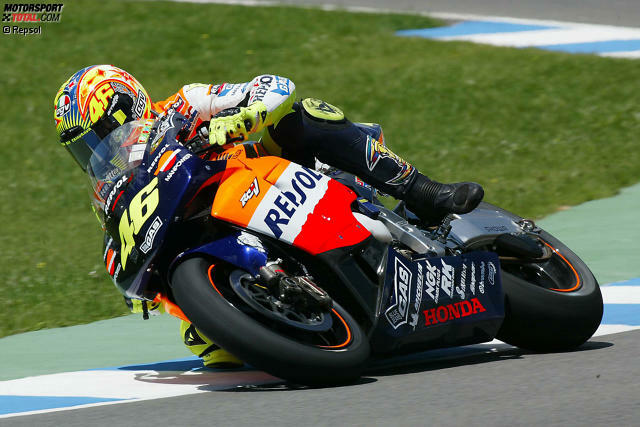 2002: Valentino Rossi in Japan - Das erste Rennen der neuen MotoGP-Ära findet am 7. April 2002 in Suzuka statt. Es ist nur passend, dass ausgerechnet der
