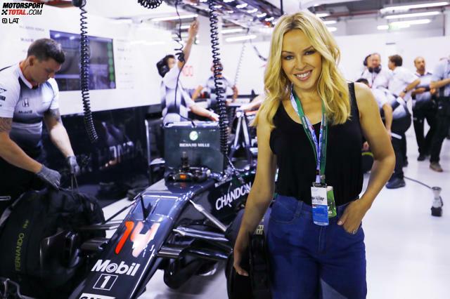 Neben Monaco ist Singapur inzwischen der glamouröseste Grand Prix des Jahres. Im Rahmenprogramm tritt diesmal neben der Kultband Queen auch die Popsängerin Kylie Minogue auf. Die kennt sich in der Formel 1 aus. Ihre jüngere Schwester Dannii war nämlich früher mit Jacques Villeneuve liiert.