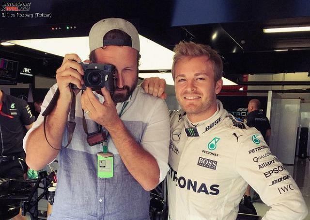 Fotografiert wird Nico Rosberg neuerdings von einem eigenen Spezialisten, den er und sein Medienberater Georg Nolte engagiert haben: Paul Ripke folgt dem WM-Leader wie ein zweiter Schatten - und postet Rosbergs Leben in den sozialen Netzwerken. So einen Leibfotografen hat Hamilton übrigens schon lange.