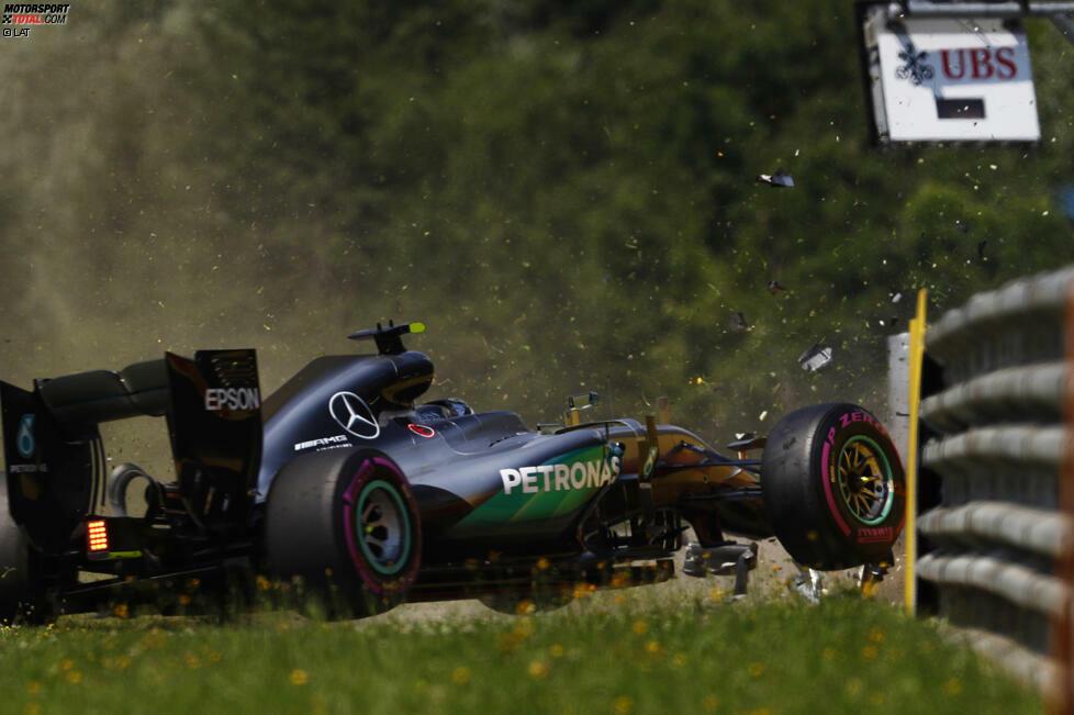 Dessen Wochenende läuft eigentlich prima, bis er am Samstagmorgen crasht. Das Getriebe des Mercedes ist hinüber und muss gewechselt werden, was Rosberg ein Plus-Fünf-Handicap beschert. Genau wie übrigens auch Sebastian Vettel: Ferrari hat nach Baku Metallspäne im Getriebeöl entdeckt.