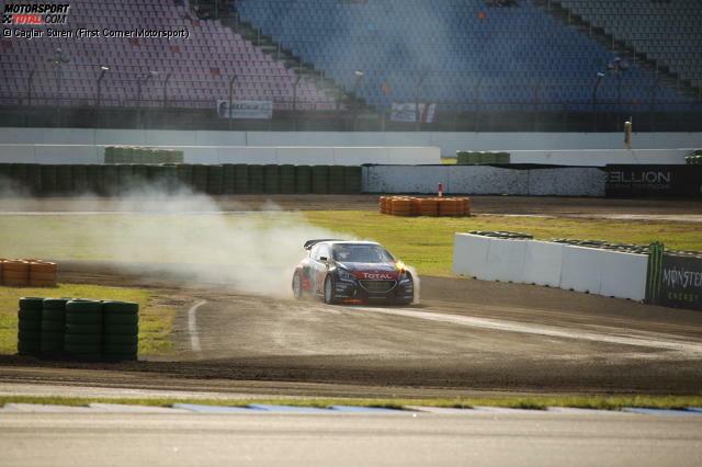 Alles fängt ganz harmlos an, als es vorne leicht zu brennen beginnt. Timmy Hansen erinnert sich noch an seinen Vater, der schon Rallyes mit brennenden Autos gewonnen hat.