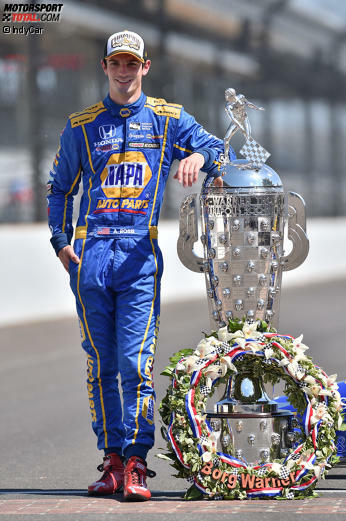 Der Morgen danach: Alexander Rossi, frischgebackener Sieger des 100. Indy 500, posiert mit der legendären Borg-Warner-Trophy.