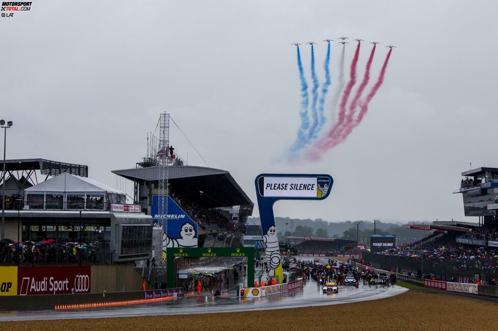 Die 84. Auflage der 24 Stunden von Le Mans starten am 18. Juni 2016 bei nassen Bedingungen. Brad Pitt schwenkt die Nationalflagge zum Start, die Fahne wurde zuvor von Soldaten der Eliteeinheit überreicht.