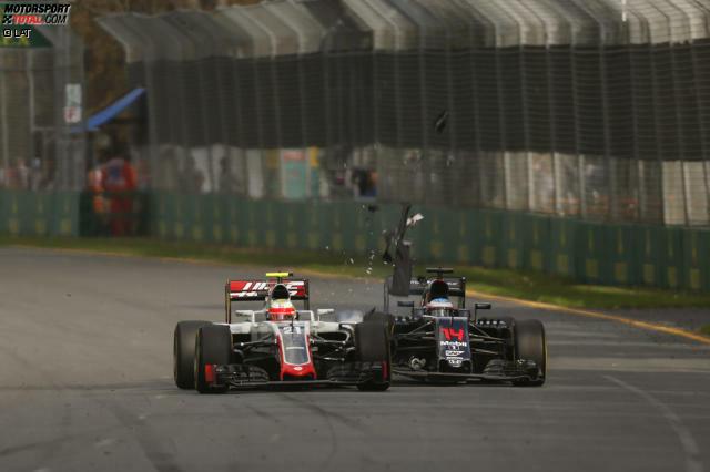 Der Crash in der dramatischen Chronologie: Alonso versucht, vor Kurve 3 den Haas-Piloten Esteban Gutierrez zu überholen. Weil der...