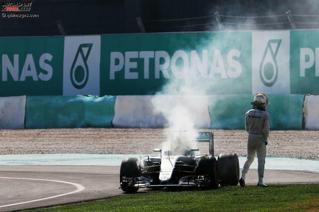 Dümmer hätte es für Lewis Hamilton kaum laufen können: Souverän in Führung liegend ereilte den Mercedes-Star beim Malaysia-Grand-Prix in Sepang ein Motorschaden. Doch der Brite ist nicht der erste Formel-1-Pilot, dem das Schicksal so übel mitspielt. In unserer Fotostrecke erinnern wir an die dramatischen Beispiele der Geschichte...