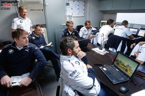 Die Besprechungen mit den Ingenieuren sind Pflicht für Marco Wittmann und seine Fahrerkollegen. In den Meetings werden die Fahrzeugabstimmung und die Rennstrategie besprochen.