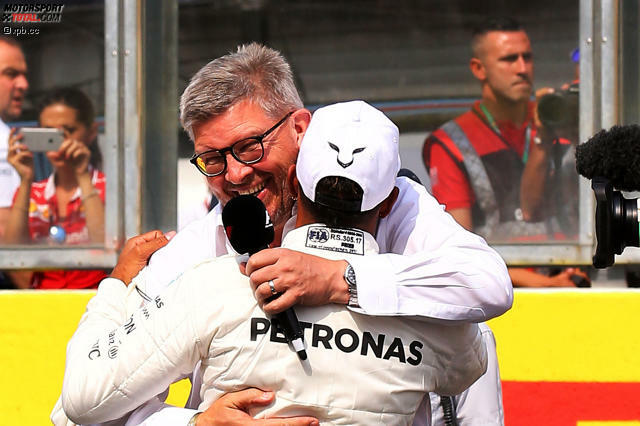 Ausgerechnet in Spa, in Michael Schumachers Wohnzimmer, stellt Hamilton mit seiner 68. Pole-Position dessen alten Rekord ein. Ross Brawn gratuliert im Namen der Schumacher-Familie - und Hamilton ist zu Tränen gerührt. Lokalmatador Stoffel Vandoorne startet als Letzter: 65 Plätze Strafe wegen Komponentenwechsel.
