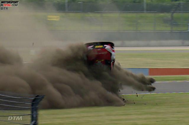 Lausitzring 2018: Nach einer leichten Berührung mit Loic Duval hebelt es Rene Rasts Audi über die Randsteine dermaßen aus, dass er sich einmal längs und einmal quer über die Achse überschlägt.